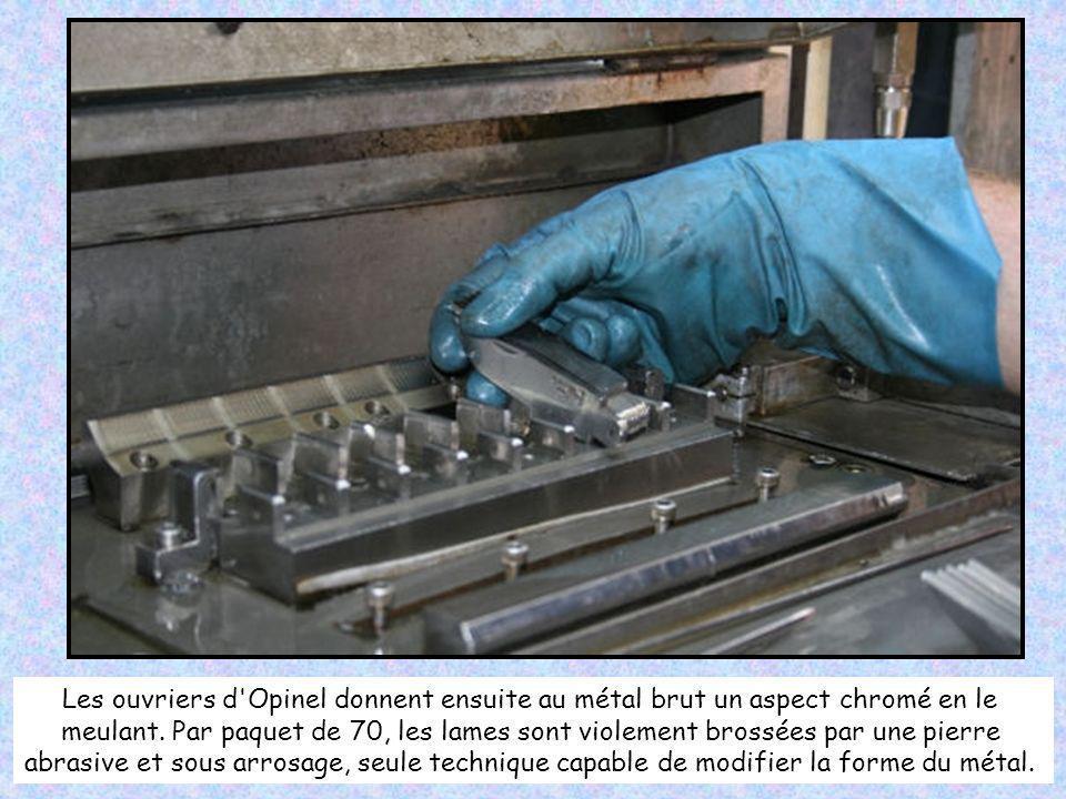 Les ouvriers d Opinel donnent ensuite au métal brut un aspect chromé en le