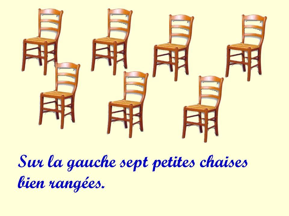 Sur la gauche sept petites chaises bien rangées.