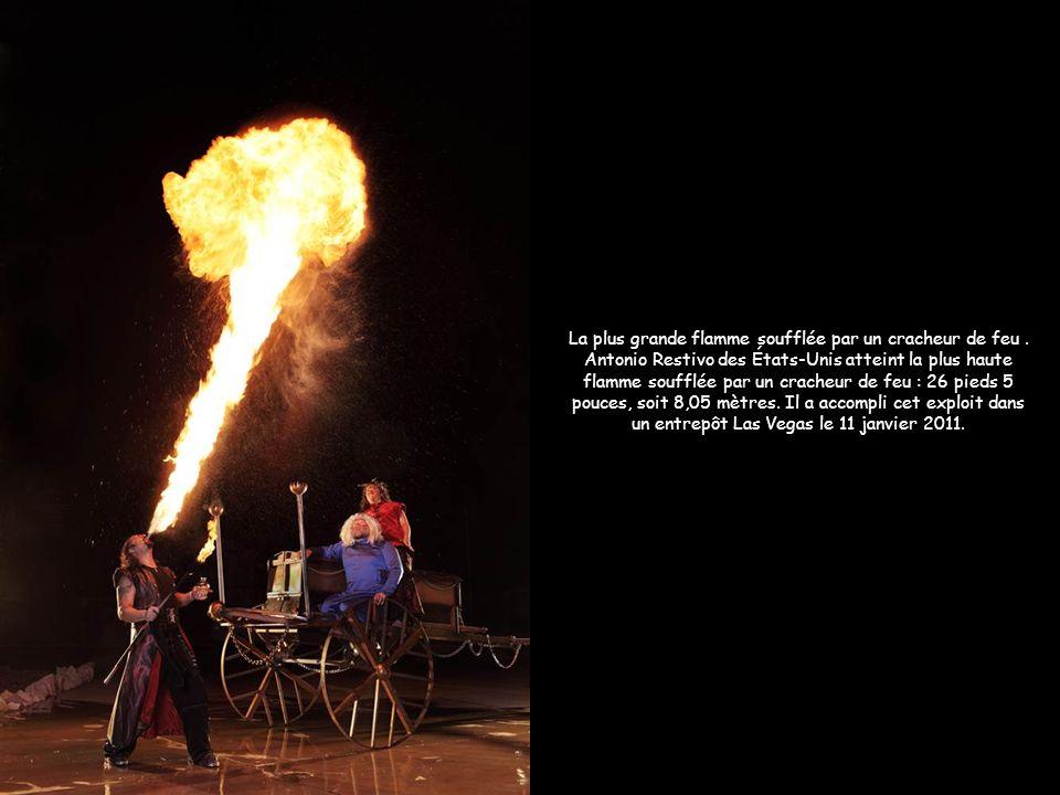 La plus grande flamme soufflée par un cracheur de feu