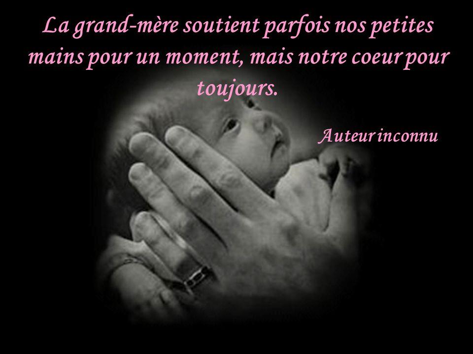 La grand-mère soutient parfois nos petites mains pour un moment, mais notre coeur pour toujours.