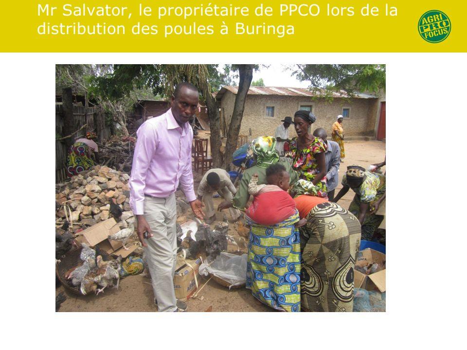 Mr Salvator, le propriétaire de PPCO lors de la distribution des poules à Buringa
