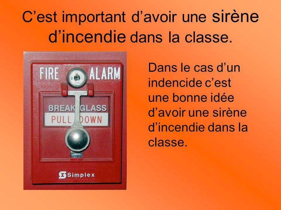 C'est important d'avoir une sirène d'incendie dans la classe.