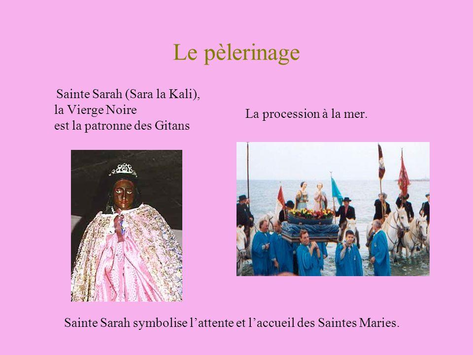 Le pèlerinage Sainte Sarah (Sara la Kali), la Vierge Noire est la patronne des Gitans. La procession à la mer.