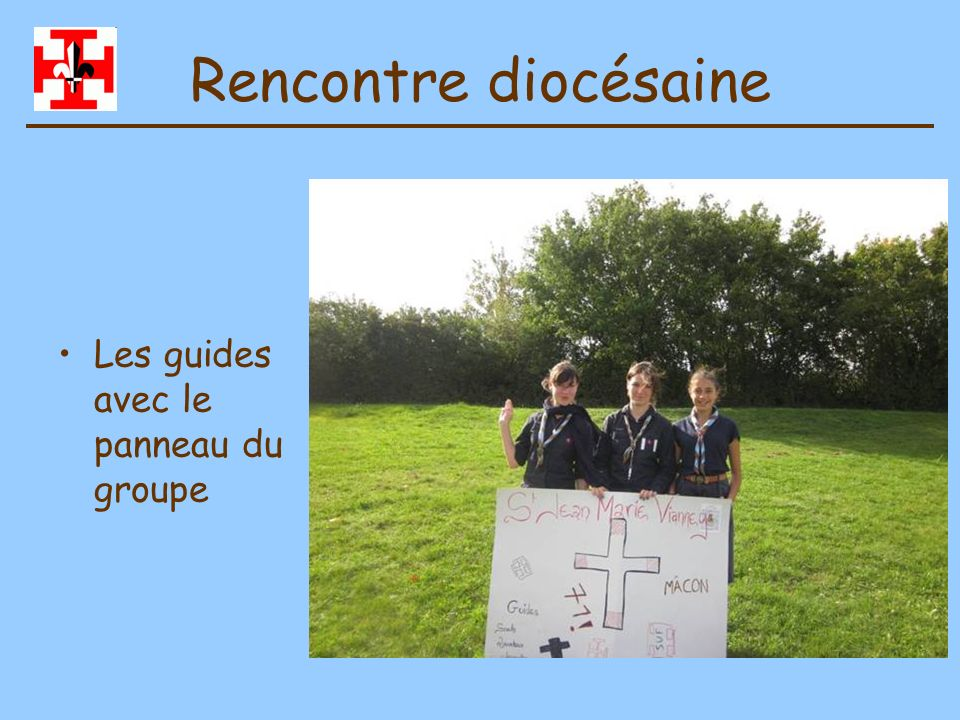 Rencontre diocésaine Les guides avec le panneau du groupe