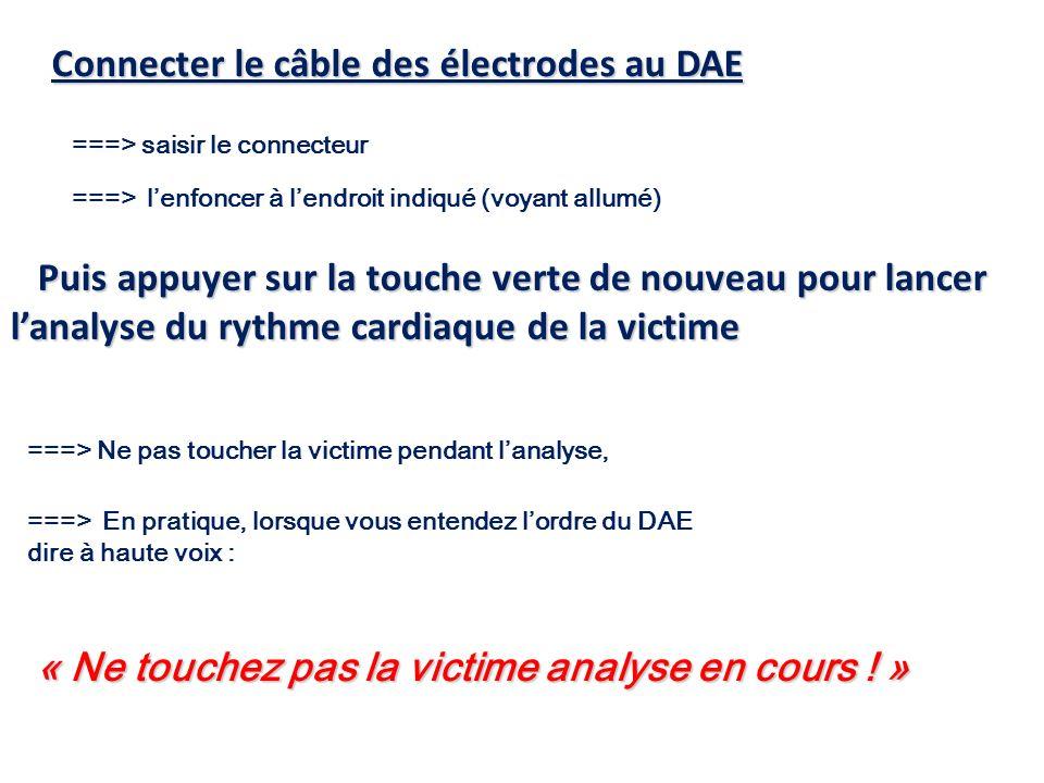 Connecter le câble des électrodes au DAE