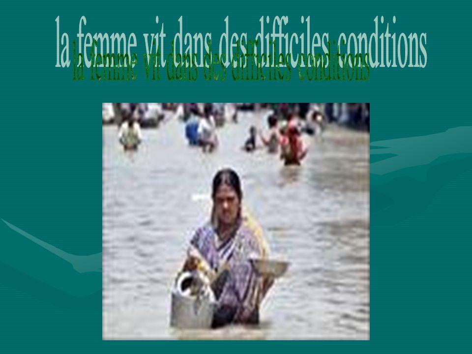 la femme vit dans des difficiles conditions