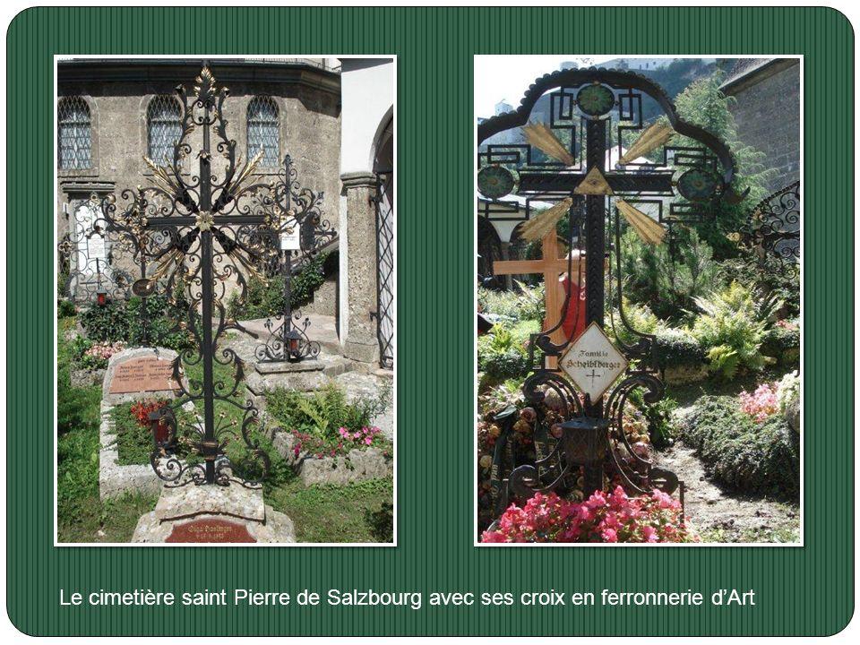 Le cimetière saint Pierre de Salzbourg avec ses croix en ferronnerie d'Art