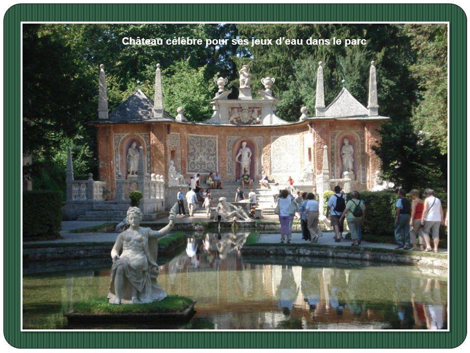 Château célèbre pour ses jeux d'eau dans le parc