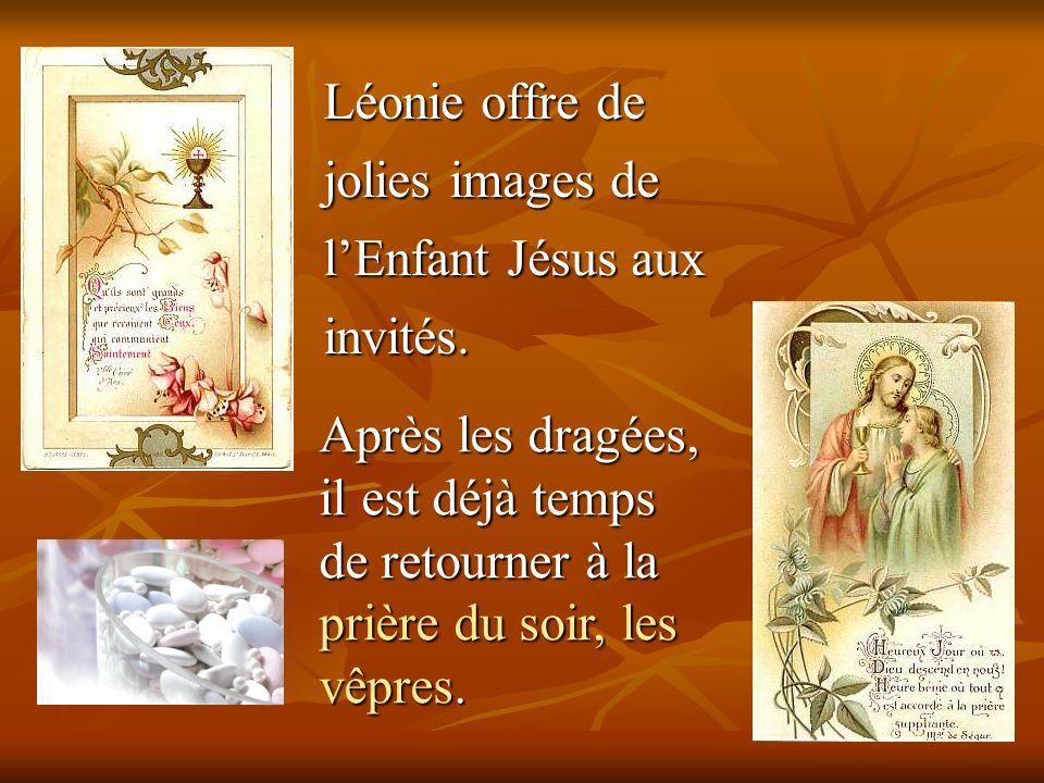 Léonie offre de jolies images de l'Enfant Jésus aux invités.
