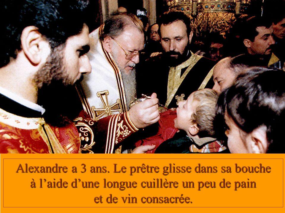 Alexandre a 3 ans. Le prêtre glisse dans sa bouche