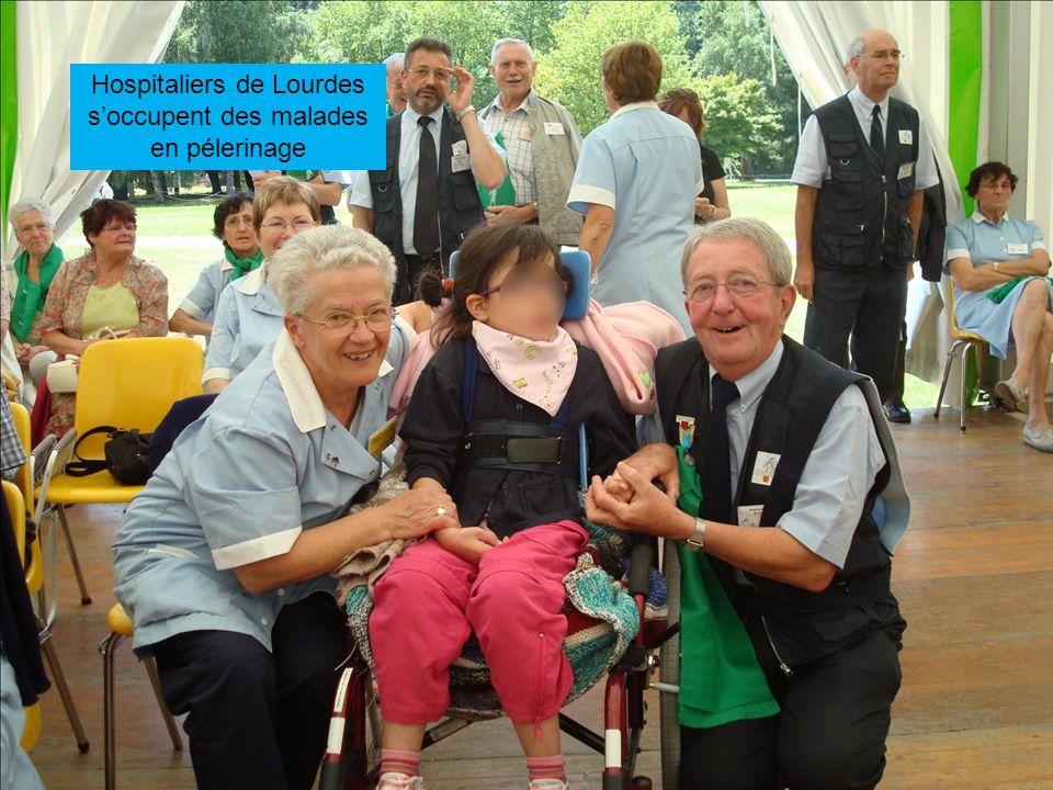 Hospitaliers de Lourdes s'occupent des malades en pélerinage