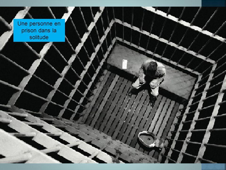 Une personne en prison dans la solitude