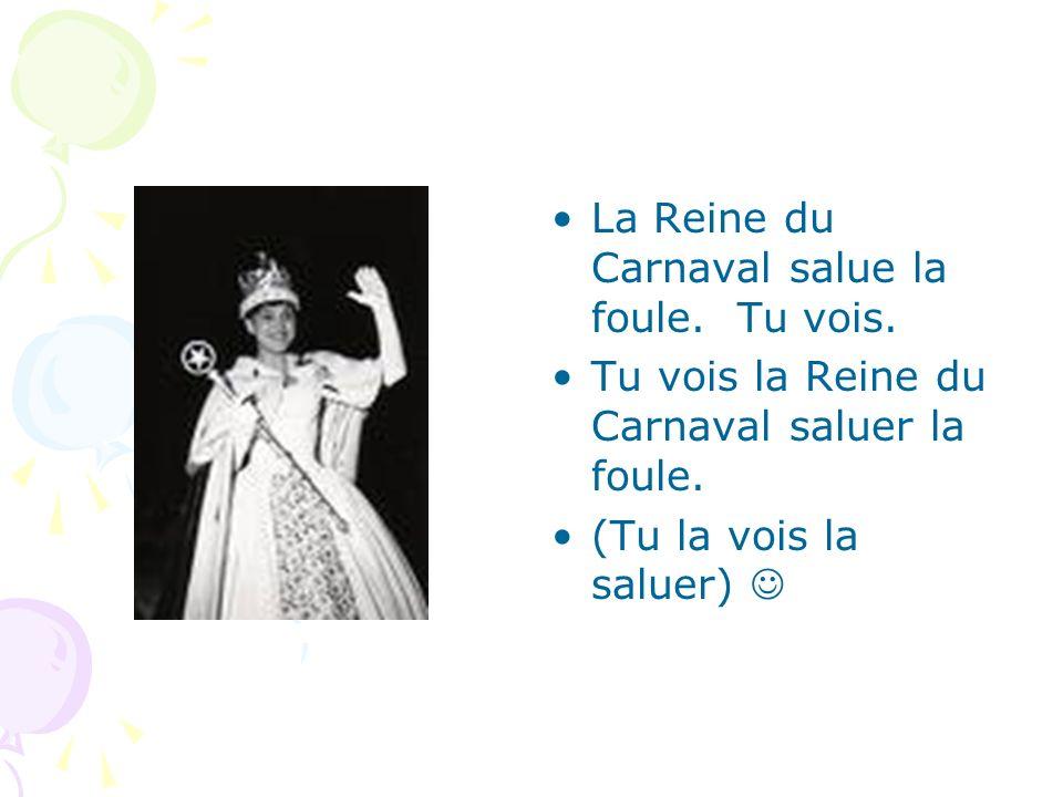 La Reine du Carnaval salue la foule. Tu vois.