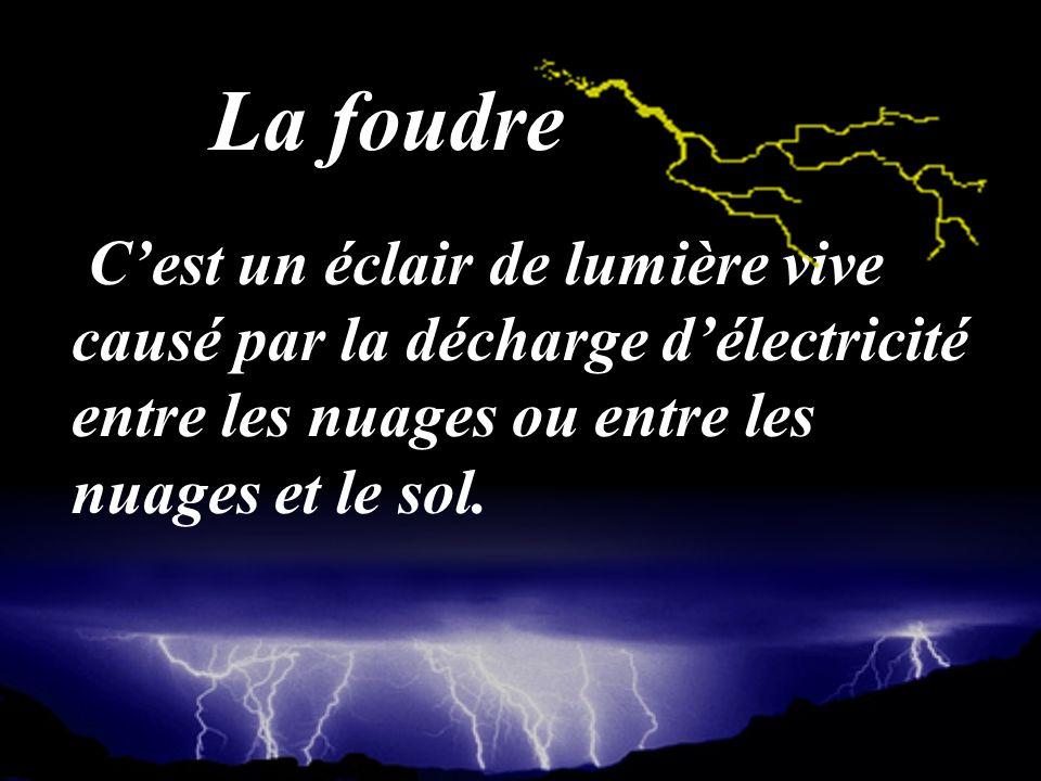 La foudre C'est un éclair de lumière vive causé par la décharge d'électricité entre les nuages ou entre les nuages et le sol.