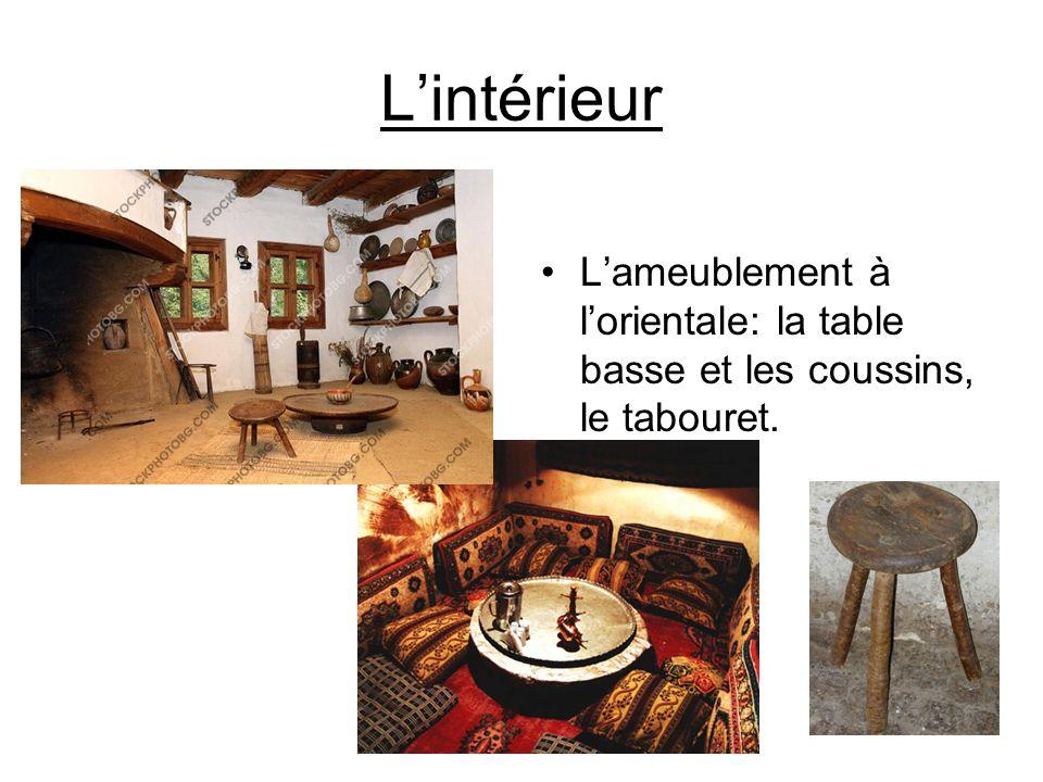 L'intérieur L'ameublement à l'orientale: la table basse et les coussins, le tabouret.