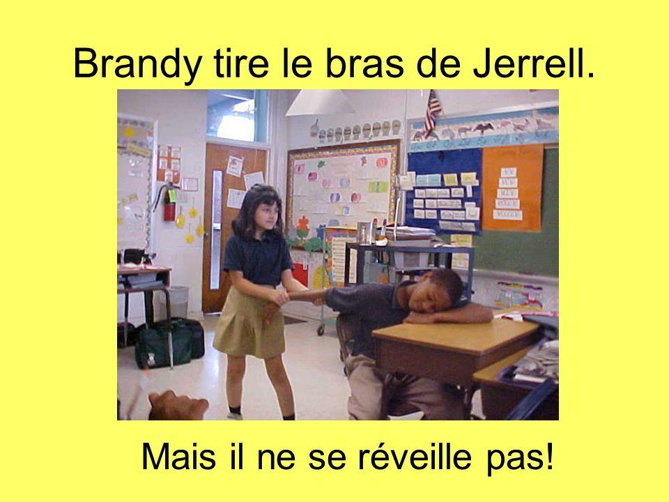 Brandy tire le bras de Jerrell.