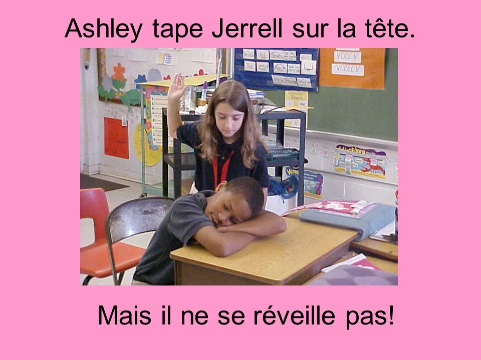 Ashley tape Jerrell sur la tête.