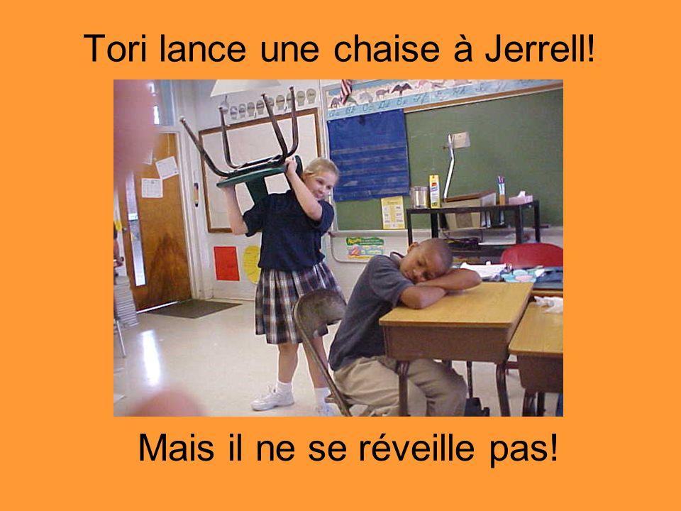 Tori lance une chaise à Jerrell!