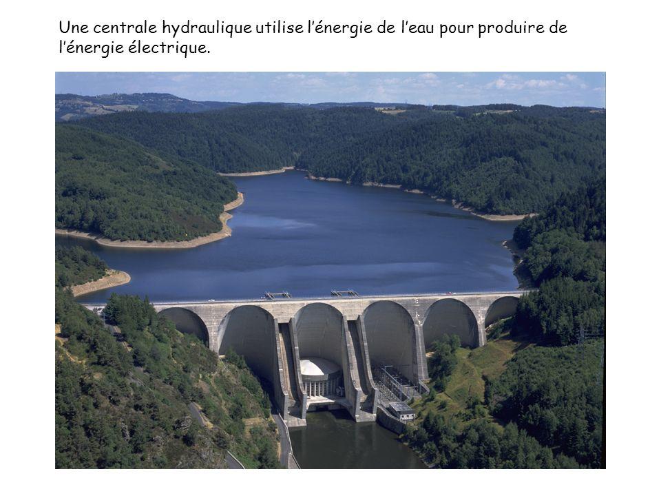 Une centrale hydraulique utilise l'énergie de l'eau pour produire de l'énergie électrique.