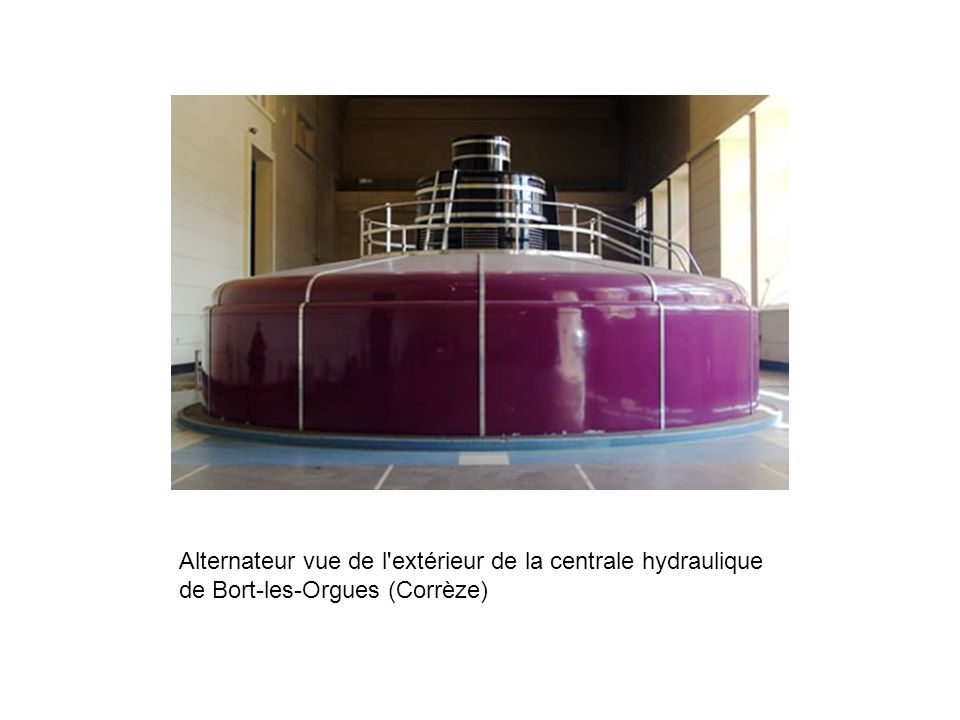 Alternateur vue de l extérieur de la centrale hydraulique de Bort-les-Orgues (Corrèze)