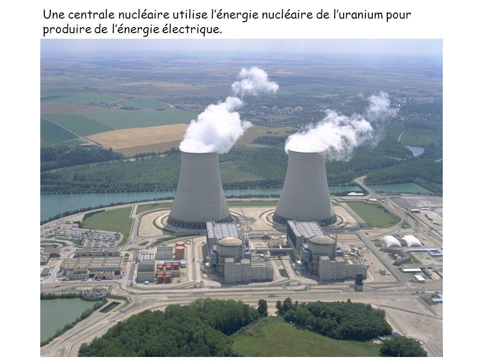 Une centrale nucléaire utilise l'énergie nucléaire de l'uranium pour produire de l'énergie électrique.