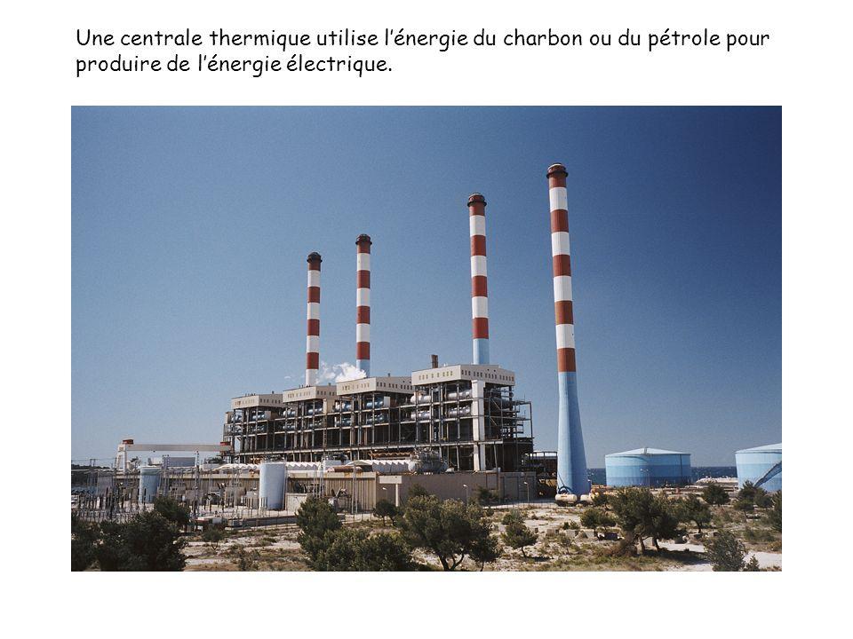 Une centrale thermique utilise l'énergie du charbon ou du pétrole pour produire de l'énergie électrique.