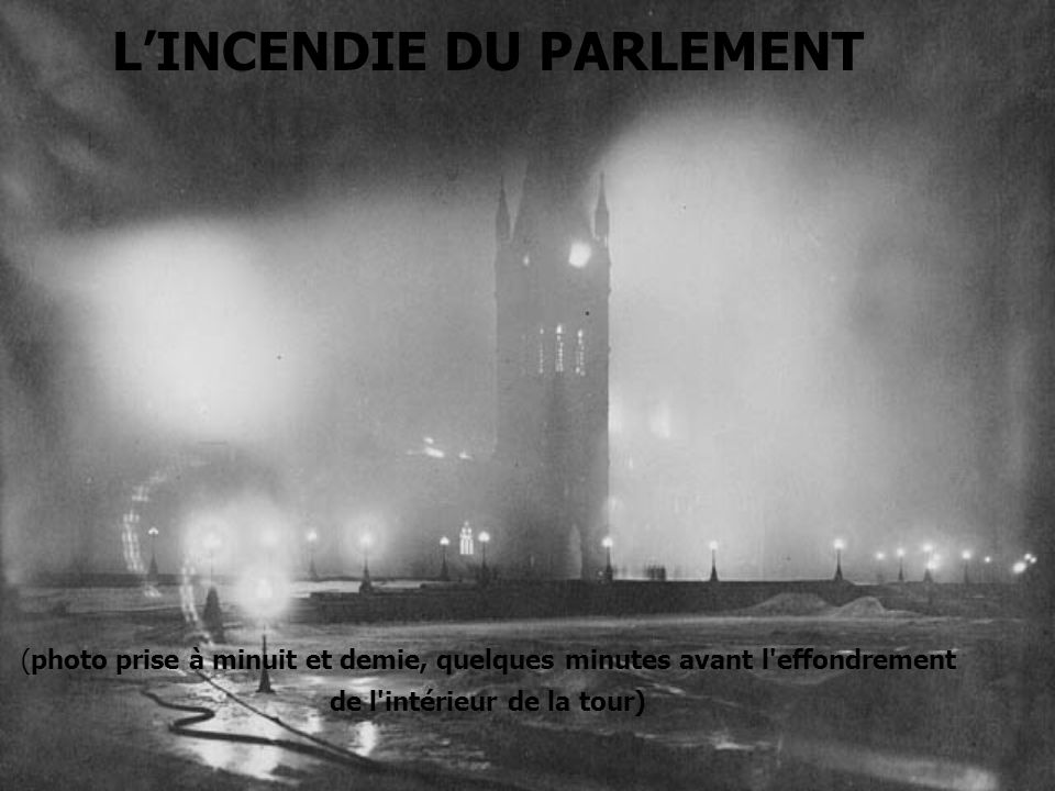 L'INCENDIE DU PARLEMENT (photo prise à minuit et demie, quelques minutes avant l effondrement de l intérieur de la tour)