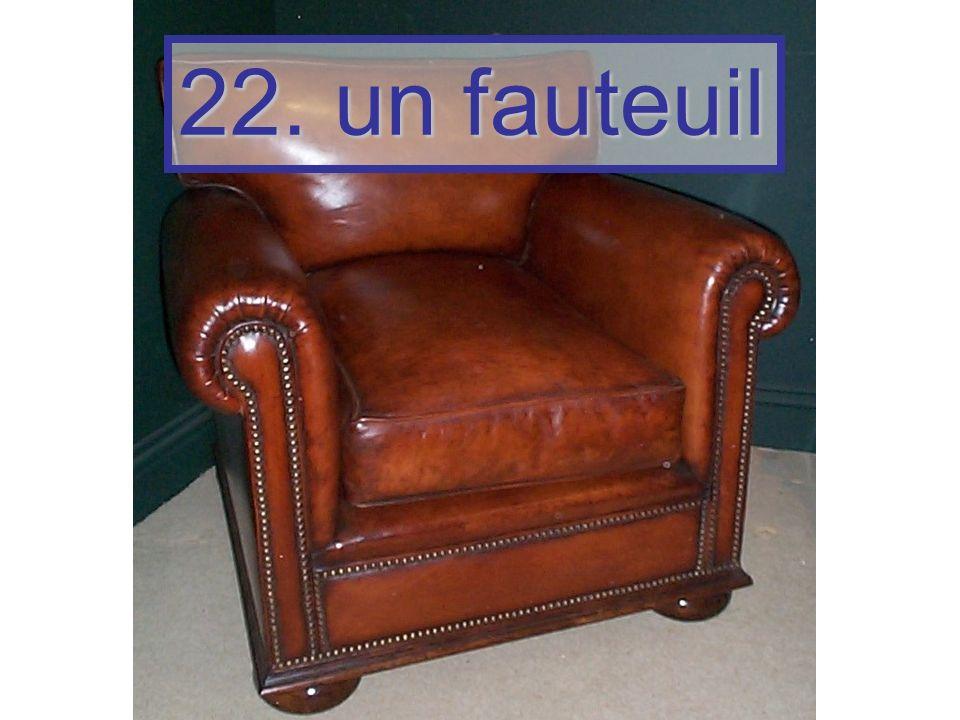 22. un fauteuil