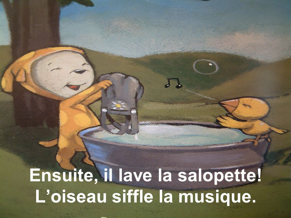 Ensuite, il lave la salopette! L'oiseau siffle la musique.