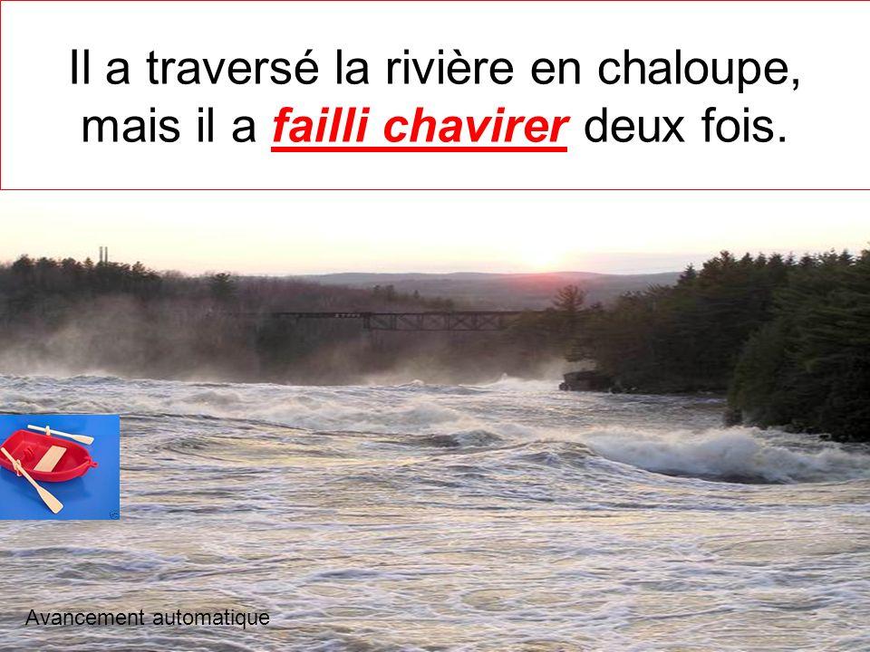 Il a traversé la rivière en chaloupe, mais il a failli chavirer deux fois.