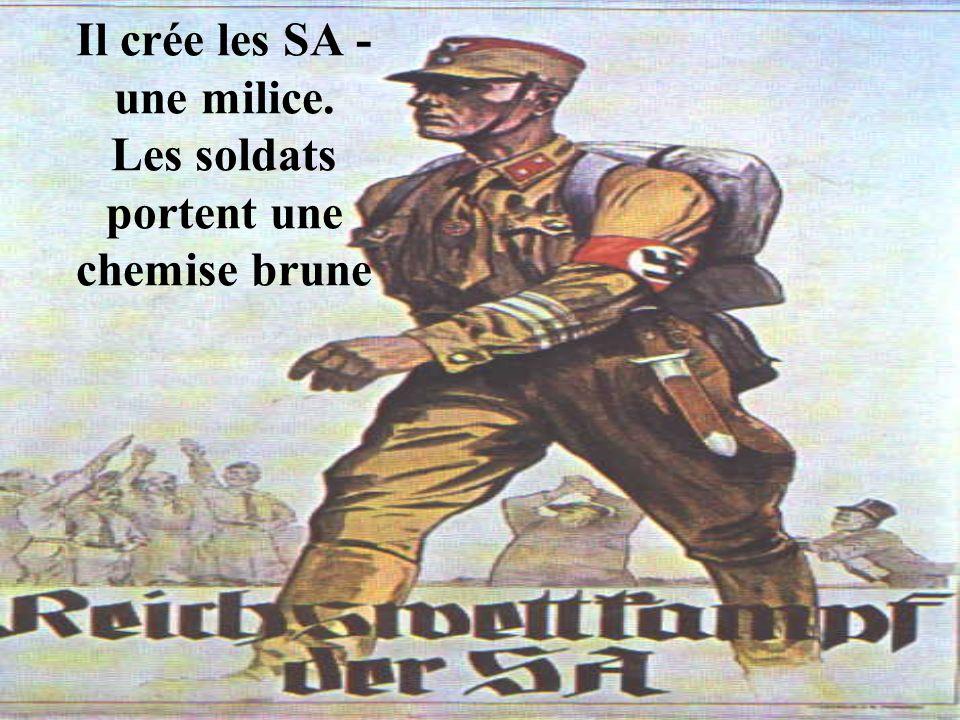 Il crée les SA - une milice. Les soldats portent une chemise brune