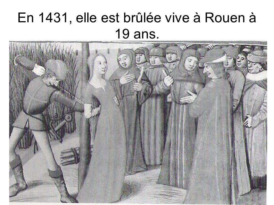 En 1431, elle est brûlée vive à Rouen à 19 ans.