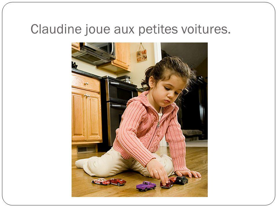 Claudine joue aux petites voitures.
