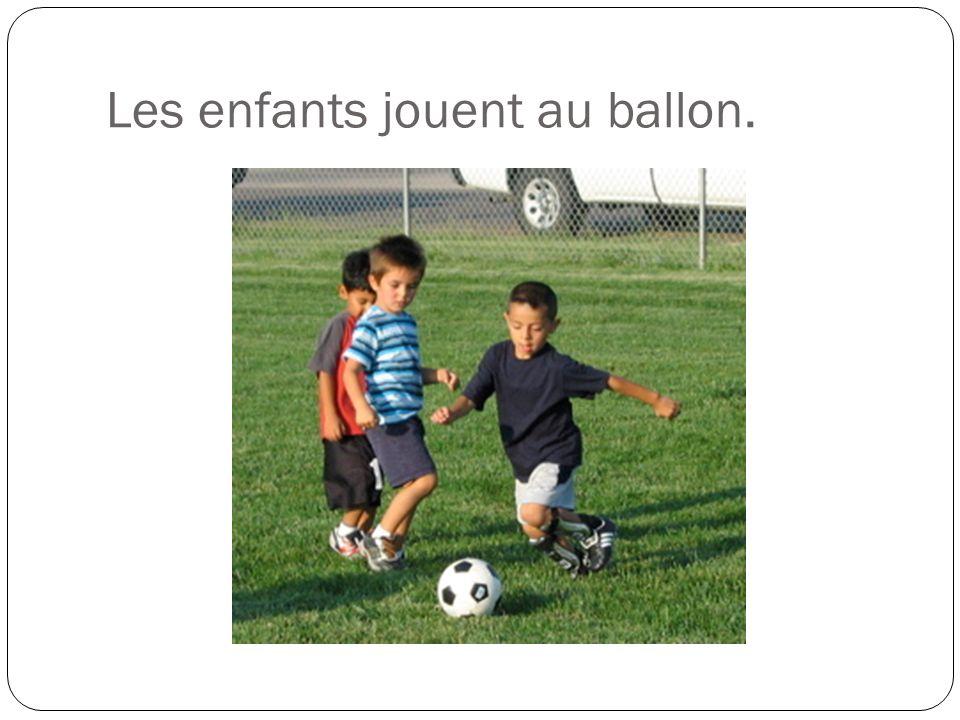 Les enfants jouent au ballon.