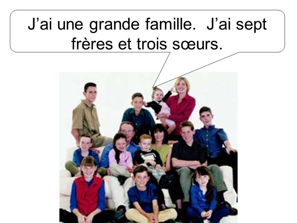 J'ai une grande famille. J'ai sept frères et trois sœurs.