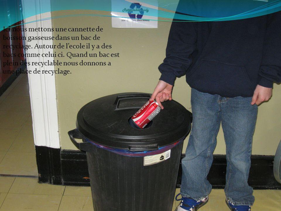 Ici nous mettons une cannette de boisson gasseuse dans un bac de recyclage.