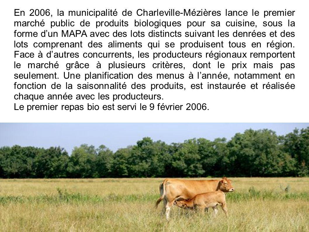 En 2006, la municipalité de Charleville-Mézières lance le premier marché public de produits biologiques pour sa cuisine, sous la forme d'un MAPA avec des lots distincts suivant les denrées et des lots comprenant des aliments qui se produisent tous en région. Face à d'autres concurrents, les producteurs régionaux remportent le marché grâce à plusieurs critères, dont le prix mais pas seulement. Une planification des menus à l'année, notamment en fonction de la saisonnalité des produits, est instaurée et réalisée chaque année avec les producteurs.