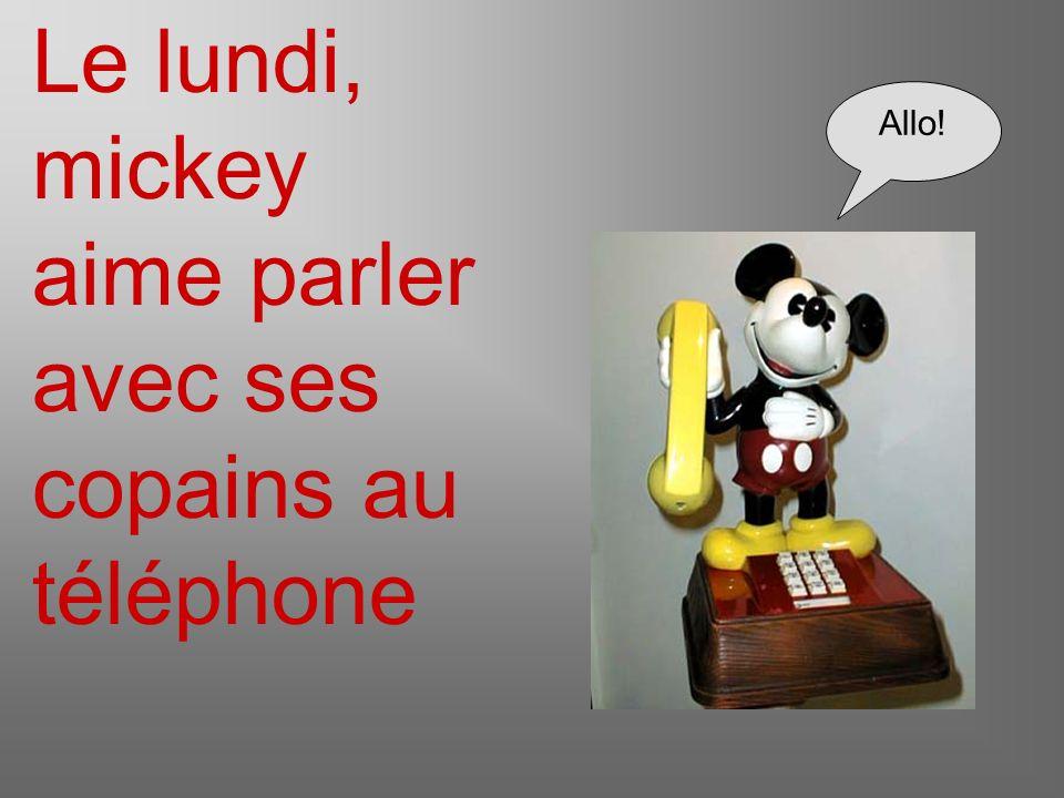 Le lundi, mickey aime parler avec ses copains au téléphone