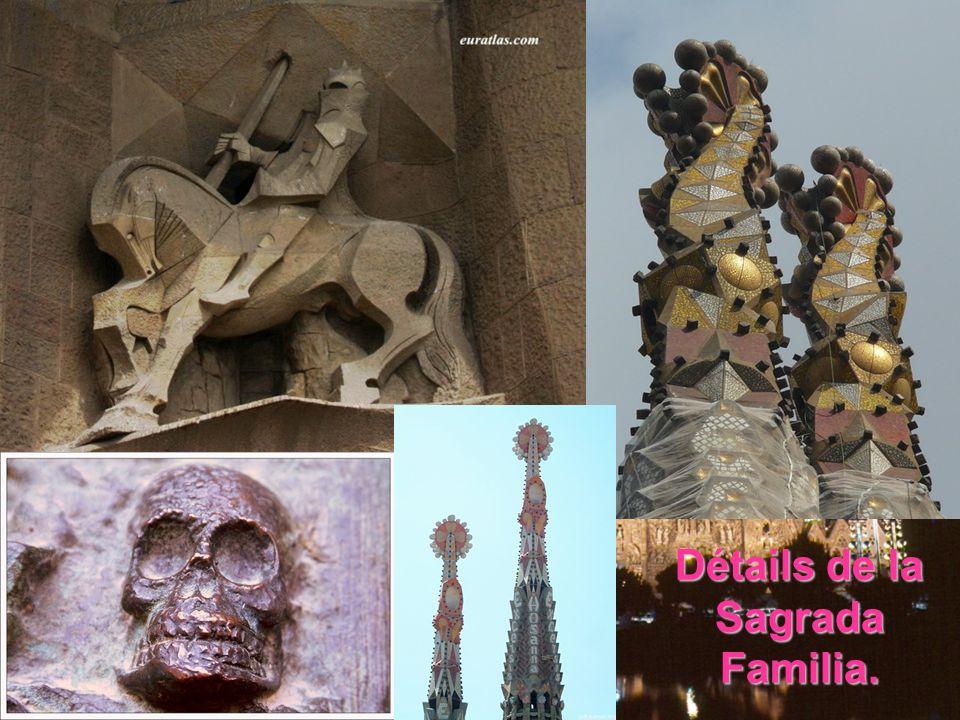 Le portail réalisé par Gaudi.