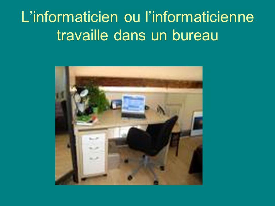 L'informaticien ou l'informaticienne travaille dans un bureau