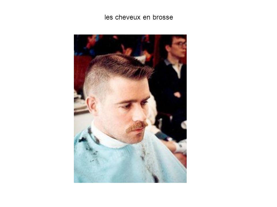 les cheveux en brosse