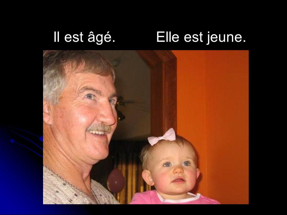 Il est âgé. Elle est jeune.
