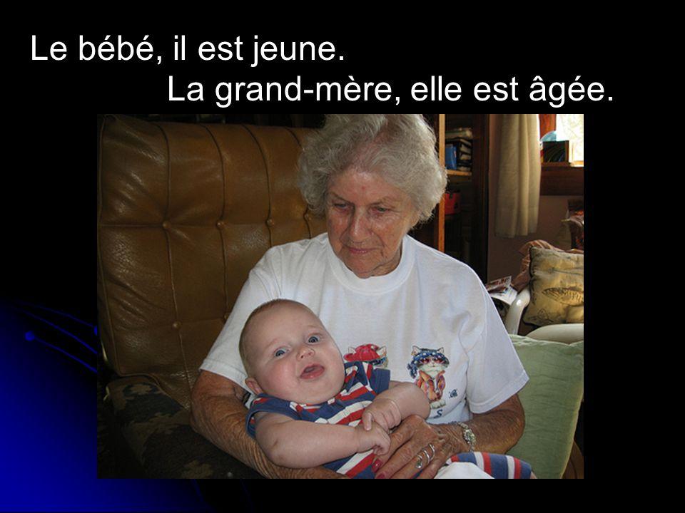 Le bébé, il est jeune. La grand-mère, elle est âgée.