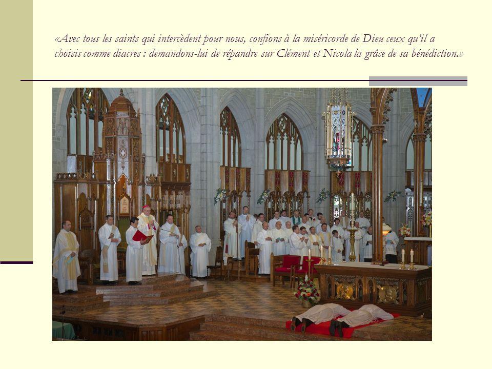 «Avec tous les saints qui intercèdent pour nous, confions à la miséricorde de Dieu ceux qu'il a choisis comme diacres : demandons-lui de répandre sur Clément et Nicola la grâce de sa bénédiction.»