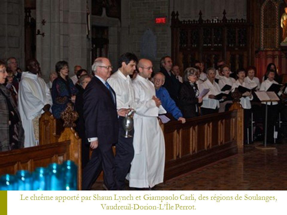 Le chrême apporté par Shaun Lynch et Giampaolo Carli, des régions de Soulanges, Vaudreuil-Dorion-L'Île Perrot.
