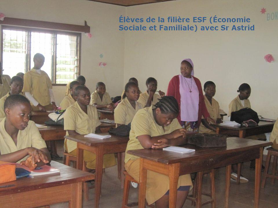 Élèves de la filière ESF (Économie Sociale et Familiale) avec Sr Astrid
