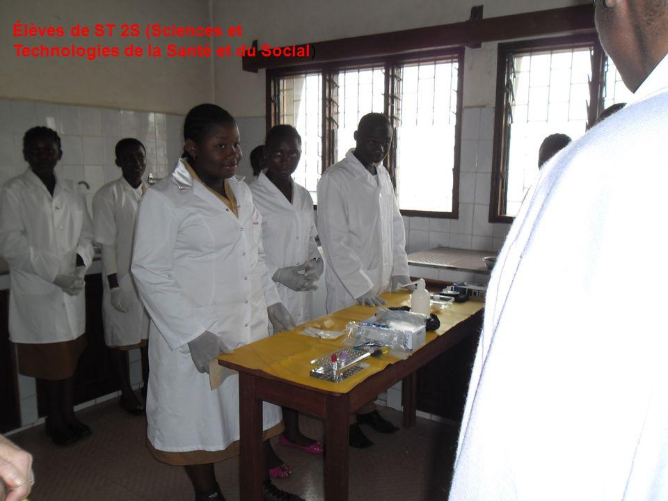 Élèves de ST 2S (Sciences et Technologies de la Santé et du Social)