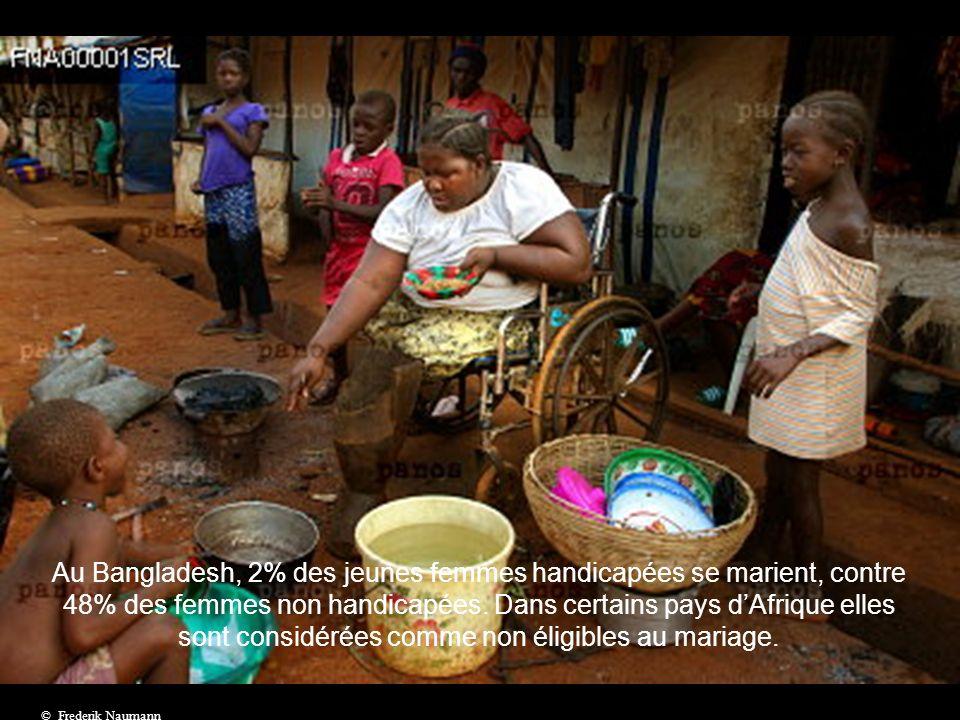 Au Bangladesh, 2% des jeunes femmes handicapées se marient, contre 48% des femmes non handicapées. Dans certains pays d'Afrique elles sont considérées comme non éligibles au mariage.