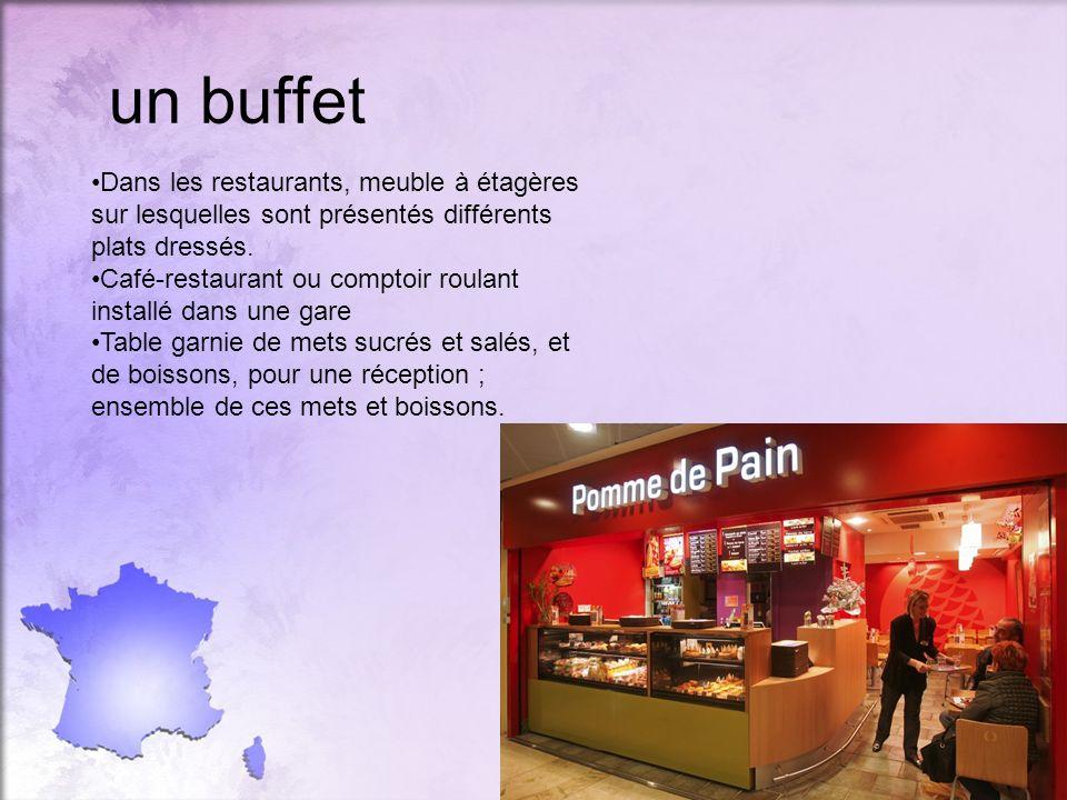 un buffet Dans les restaurants, meuble à étagères sur lesquelles sont présentés différents plats dressés.