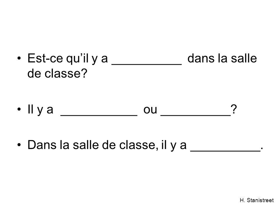Est-ce qu'il y a __________ dans la salle de classe